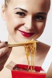 Ευτυχής όμορφη γυναίκα που τρώει τα κινεζικά τρόφιμα. κόκκινο lips.smile Στοκ Εικόνες