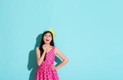 Ευτυχής όμορφη γυναίκα που φορά το χαριτωμένο ιματισμό φορεμάτων Στοκ φωτογραφία με δικαίωμα ελεύθερης χρήσης