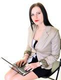 Ευτυχής όμορφη γυναίκα που χρησιμοποιεί το lap-top Στοκ φωτογραφίες με δικαίωμα ελεύθερης χρήσης