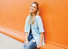 Ευτυχής όμορφη γυναίκα στην πόλη, όμορφη τοποθέτηση νέων κοριτσιών Στοκ Εικόνα