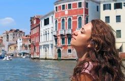 Ευτυχής όμορφη γυναίκα στη Βενετία, Ιταλία, που χαλαρώνει στο ταξίδι διακοπών Στοκ Φωτογραφία