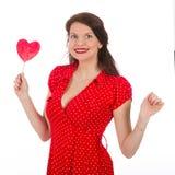 Ευτυχής όμορφη γυναίκα στο κόκκινο φόρεμα με το ζωηρόχρωμο lollipop Στοκ εικόνες με δικαίωμα ελεύθερης χρήσης