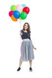 Ευτυχής όμορφη γυναίκα τα ζωηρόχρωμα μπαλόνια που απομονώνονται που παρουσιάζει στο W στοκ φωτογραφία με δικαίωμα ελεύθερης χρήσης