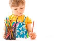 Ευτυχής όμορφη ζωγραφική κοριτσάκι easel σε ένα άσπρο υπόβαθρο στοκ εικόνες