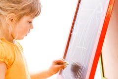 Ευτυχής όμορφη ζωγραφική κοριτσάκι easel σε ένα άσπρο υπόβαθρο στοκ φωτογραφίες
