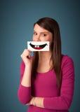 Ευτυχής όμορφη κάρτα εκμετάλλευσης γυναικών με το αστείο smiley Στοκ εικόνες με δικαίωμα ελεύθερης χρήσης