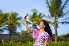 Ευτυχής όμορφη και πανέμορφη ασιατική κινεζική γυναίκα στο φόρεμα γοητείας που παίρνει τη φωτογραφία αυτοπροσωπογραφίας selfie με Στοκ Εικόνα