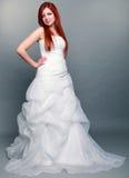 Ευτυχής όμορφη κοκκινομάλλης νύφη στο γκρίζο υπόβαθρο Στοκ φωτογραφία με δικαίωμα ελεύθερης χρήσης