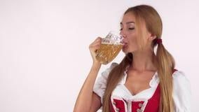 Ευτυχής όμορφη μπύρα κατανάλωσης γυναικών Oktoberfest, που χαμογελά στη κάμερα απόθεμα βίντεο