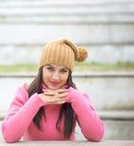 Ευτυχής όμορφη νέα γυναίκα στα θερμά μαλακά ενδύματα υπαίθρια Στοκ Φωτογραφίες
