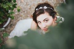 Ευτυχής όμορφη νύφη στη φύση Στοκ φωτογραφία με δικαίωμα ελεύθερης χρήσης