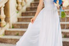 Ευτυχής όμορφη νύφη υπαίθρια Κυματισμός γαμήλιων φορεμάτων Στοκ εικόνα με δικαίωμα ελεύθερης χρήσης