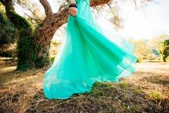 Ευτυχής όμορφη νύφη υπαίθρια Κυματισμός γαμήλιων φορεμάτων Στοκ Εικόνες
