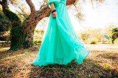 Ευτυχής όμορφη νύφη υπαίθρια Κυματισμός γαμήλιων φορεμάτων Στοκ φωτογραφίες με δικαίωμα ελεύθερης χρήσης