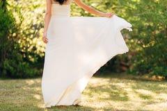 Ευτυχής όμορφη νύφη υπαίθρια Κυματισμός γαμήλιων φορεμάτων Στοκ Εικόνα