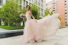Ευτυχής όμορφη νύφη υπαίθρια Στοκ φωτογραφίες με δικαίωμα ελεύθερης χρήσης