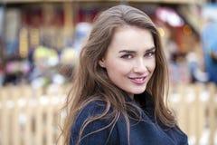 Ευτυχής όμορφη ξανθή γυναίκα, υπαίθρια Στοκ Εικόνες
