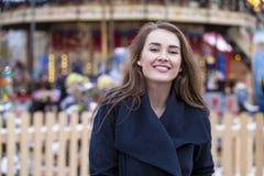 Ευτυχής όμορφη ξανθή γυναίκα, υπαίθρια Στοκ εικόνα με δικαίωμα ελεύθερης χρήσης