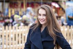 Ευτυχής όμορφη ξανθή γυναίκα, υπαίθρια Στοκ εικόνες με δικαίωμα ελεύθερης χρήσης