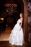 Όμορφη προκλητική νύφη στο άσπρο γαμήλιο φόρεμα Στοκ Εικόνα