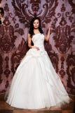 Όμορφη προκλητική νύφη στο άσπρο γαμήλιο φόρεμα Στοκ Εικόνες