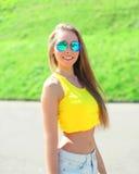 Ευτυχής όμορφη φθορά γυναικών γυαλιά ηλίου και μπλούζα Στοκ εικόνες με δικαίωμα ελεύθερης χρήσης