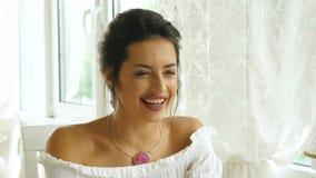 Ευτυχής όμορφη χαμογελώντας γυναίκα κατά μια ημερομηνία απόθεμα βίντεο