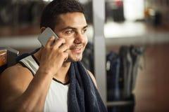 Ευτυχής όμορφος αθλητικός τύπος που μιλά στο τηλέφωνο Στοκ εικόνες με δικαίωμα ελεύθερης χρήσης