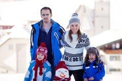 Ευτυχής όμορφος οικογενειακός χτίζοντας χιονάνθρωπος στον κήπο, χειμώνας, Στοκ φωτογραφίες με δικαίωμα ελεύθερης χρήσης