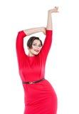 Ευτυχής όμορφος συν τη γυναίκα μεγέθους στο κόκκινο φόρεμα με τα χέρια επάνω Στοκ φωτογραφία με δικαίωμα ελεύθερης χρήσης