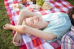 Ευτυχής ύπνος ζευγών μαζί στο πάρκο Στοκ Εικόνα