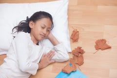 Ευτυχής ύπνος κοριτσιών στο καθιστικό με το καφετί δ Στοκ Εικόνες