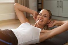 Ευτυχής ώριμη άσκηση γυναικών στοκ φωτογραφία με δικαίωμα ελεύθερης χρήσης