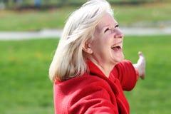 ευτυχής ώριμη γυναίκα πορ Στοκ φωτογραφία με δικαίωμα ελεύθερης χρήσης