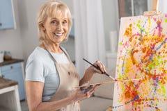 Ευτυχής ώριμη γυναίκα που δημιουργεί το όραμά της Στοκ φωτογραφία με δικαίωμα ελεύθερης χρήσης