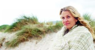 Ευτυχής ώριμη γυναίκα στο σάλι που αισθάνεται κρύα απόθεμα βίντεο