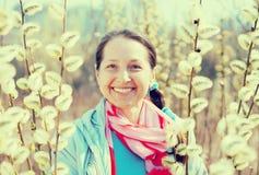 Ευτυχής ώριμη γυναίκα την άνοιξη Στοκ εικόνες με δικαίωμα ελεύθερης χρήσης