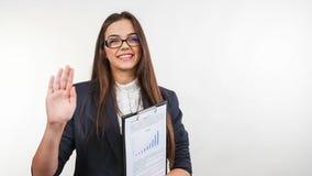 Ευτυχής ώριμη επιχειρησιακή γυναίκα που απομονώνεται στο λευκό απόθεμα βίντεο