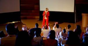 Ευτυχής ώριμη καυκάσια επιχειρηματίας hijab που στέκεται στη σκηνή στο επιχειρησιακό σεμινάριο 4k απόθεμα βίντεο