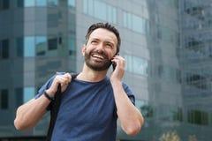 Ευτυχής ώριμος τύπος που μιλά στο τηλέφωνο κυττάρων Στοκ εικόνα με δικαίωμα ελεύθερης χρήσης