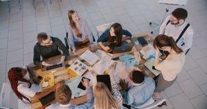 """Ευτυχής multiethnic επιχειρησιακή ομάδα Ï""""Î¿Ï€ άποψης που εργάζεται μαζί στον  φιλμ μικρού μήκους"""