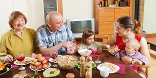Ευτυχής multigeneration οικογενειακή τοποθέτηση μαζί άνω του εορταστικού τ Στοκ εικόνες με δικαίωμα ελεύθερης χρήσης