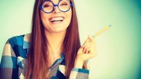 Ευτυχής nerdy γυναίκα στα γυαλιά που κρατά τη μάνδρα Στοκ φωτογραφία με δικαίωμα ελεύθερης χρήσης