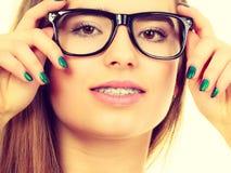 Ευτυχής nerdy εφηβικός με το στήριγμα που φορά eyeglasses Στοκ εικόνα με δικαίωμα ελεύθερης χρήσης
