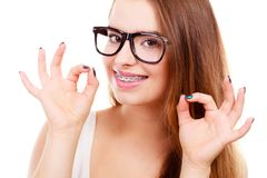 Ευτυχής nerdy εφηβικός με το στήριγμα που φορά eyeglasses Στοκ φωτογραφία με δικαίωμα ελεύθερης χρήσης