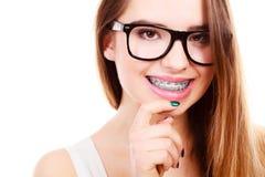 Ευτυχής nerdy εφηβικός με το στήριγμα που φορά eyeglasses Στοκ Εικόνα