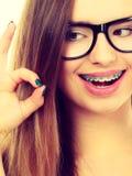 Ευτυχής nerdy εφηβικός με το στήριγμα που φορά eyeglasses Στοκ Φωτογραφίες