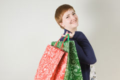 Ευτυχής redhead γυναίκα με τις τσάντες αγορών Στοκ φωτογραφία με δικαίωμα ελεύθερης χρήσης