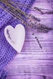 ευτυχής s βαλεντίνος ημέρ&alp Ξύλινα λουλούδια καρδιών και lavender σε ένα ιώδες ξύλινο υπόβαθρο Στοκ Εικόνες