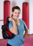 Ευτυχής sportwoman στην εγκιβωτίζοντας αίθουσα που ασκεί εγκιβωτίζοντας τις διατρήσεις Στοκ Φωτογραφίες